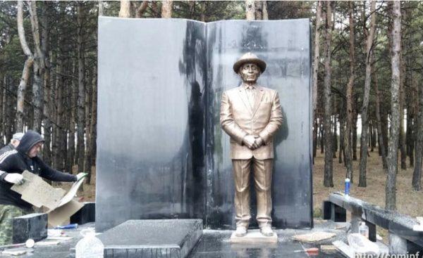 В Южной Осетии поставили двухметровый бронзовый памятник Нафи Джуссойты