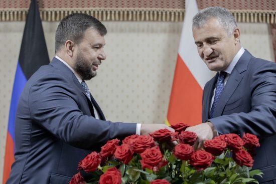 Глава ДНР подарил Южной Осетии 2,5 тысячи саженцев роз на День республики