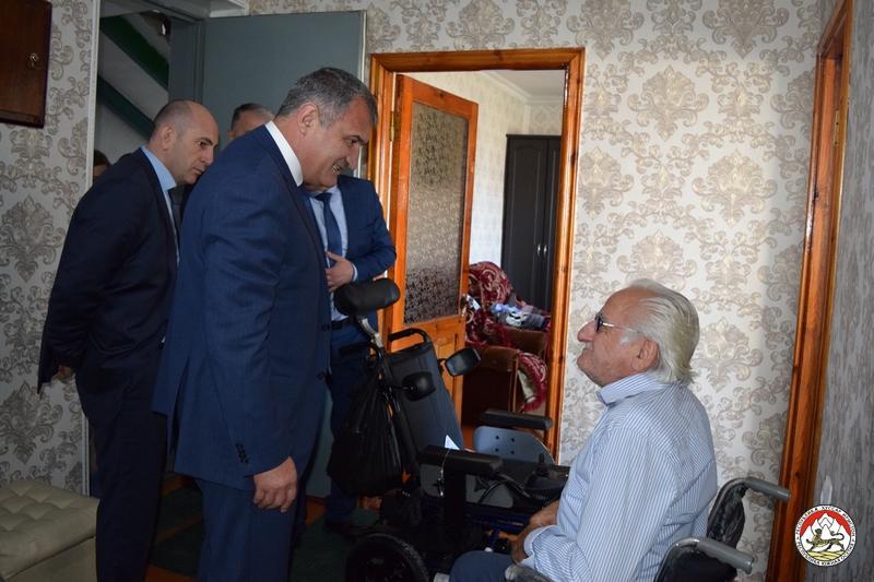 Анатолий Бибилов оказал помощь гражданам с ограниченными возможностями