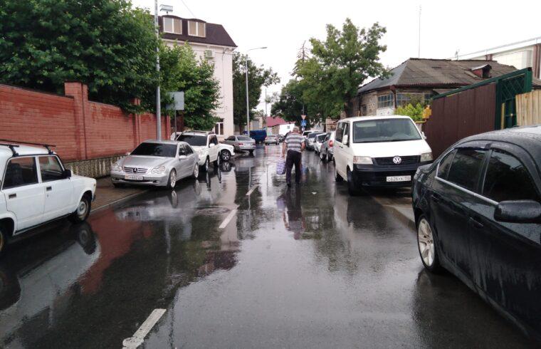 В одну сторону.На ряде улиц Цхинвала необходимо ввести одностороннее автомобильное движение