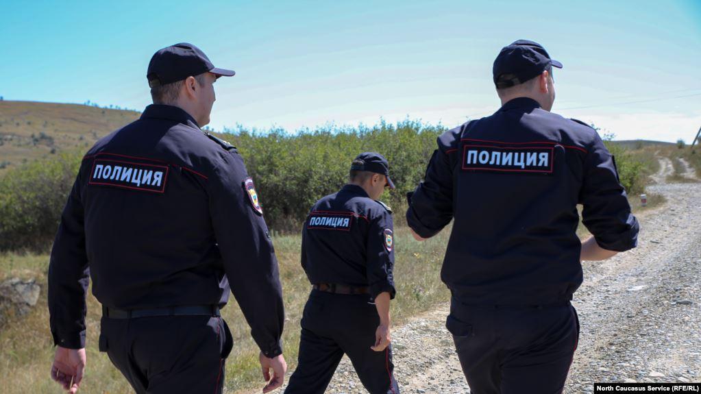 Положил животом вниз и бил ногами по голове. В Северной Осетии в суде по делу об убийстве в отделе полиции допрашивают экс-силовиков