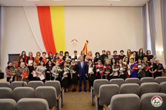 Анатолий Бибилов вручил государственные награды учителям